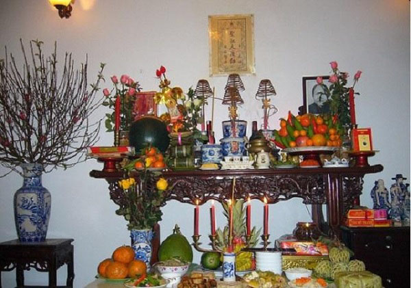 thấp hương trên bàn thờ