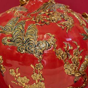 Bình hút lộc Công Đào đắp nổi men Đỏ vẽ vàng Bát Tràng