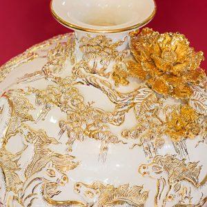 Bình hút lộc Mã Đáo Thành Công đắp nổi men Trắng vẽ vàng Bát Tràng